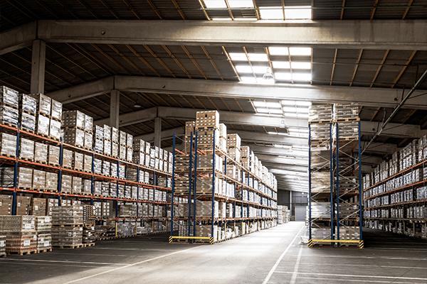 Hochregallager (HRL): Warenlagerung in schwindelerregender Höhe