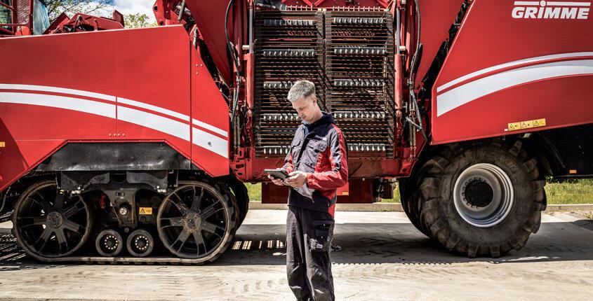 Servicetechnik im Außendienst mit mobiler Servicelösung